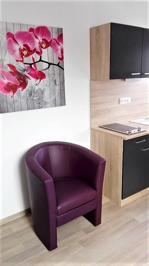 Einzelzimmer küchenzeile mit ledersessel in pension brunner